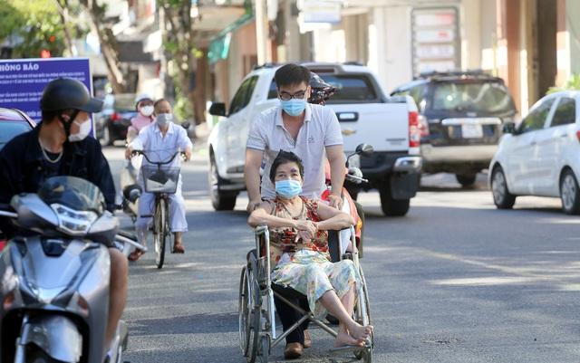 [Nhật ký từ tâm dịch Đà Nẵng]: Bệnh viện C kiểm soát từng người vào khám, điều trị - Ảnh 4.