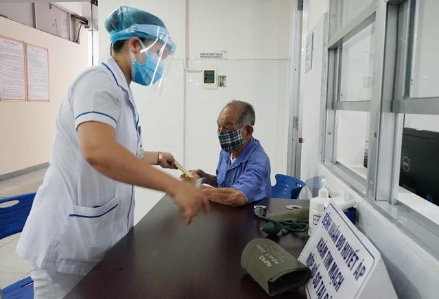 [Nhật ký từ tâm dịch Đà Nẵng]: Bệnh viện C kiểm soát từng người vào khám, điều trị - Ảnh 12.