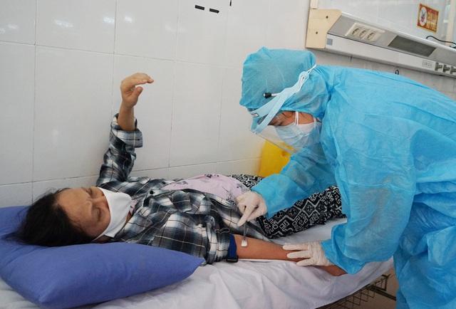 [Nhật ký từ tâm dịch Đà Nẵng]: Bệnh viện C kiểm soát từng người vào khám, điều trị - Ảnh 15.