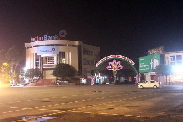 Từ 0h đêm nay, phong toả, cách ly khu phố nơi bệnh nhân 867 làm việc - Ảnh 4.