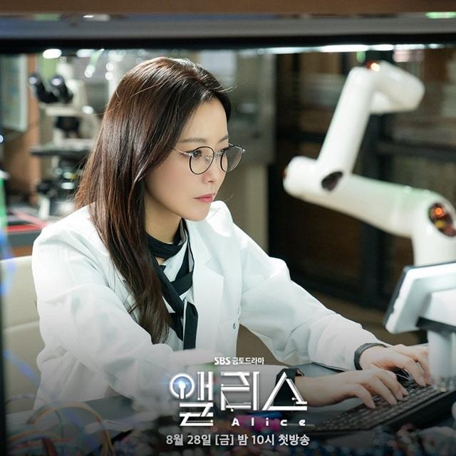 Quốc bảo nhan sắc Kim Hee Sun áp lực đóng hai vai - Ảnh 1.