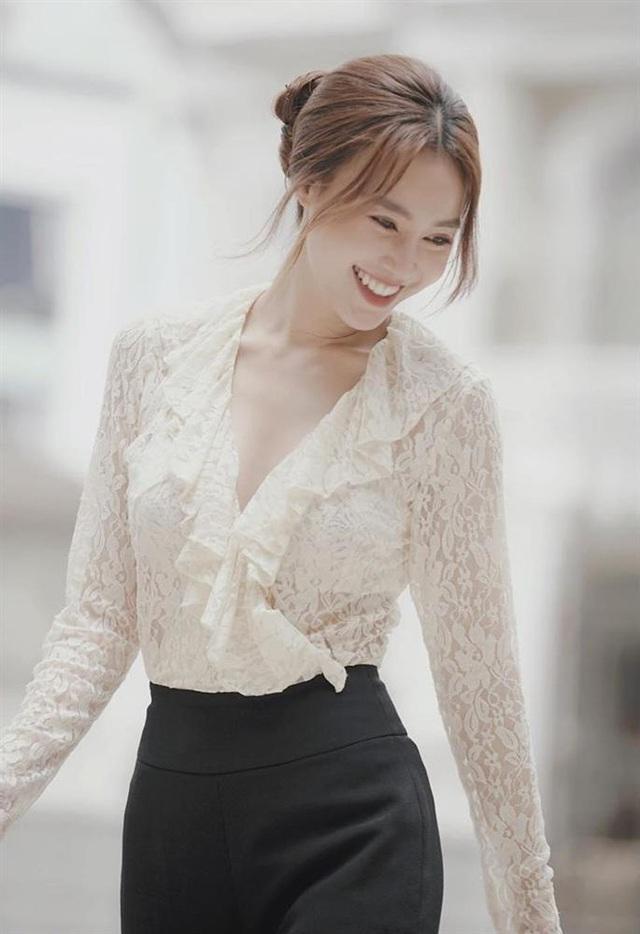 7 cách diện áo blouse trắng của Lan Ngọc: Từ sexy mà vẫn tinh tế cho đến khéo giấu bắp tay to đều đủ cả - Ảnh 1.