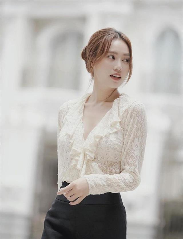 7 cách diện áo blouse trắng của Lan Ngọc: Từ sexy mà vẫn tinh tế cho đến khéo giấu bắp tay to đều đủ cả - Ảnh 2.