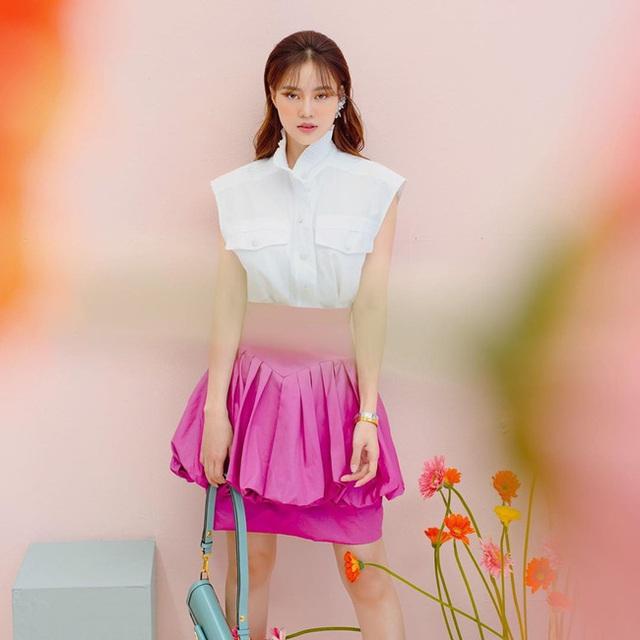 7 cách diện áo blouse trắng của Lan Ngọc: Từ sexy mà vẫn tinh tế cho đến khéo giấu bắp tay to đều đủ cả - Ảnh 4.