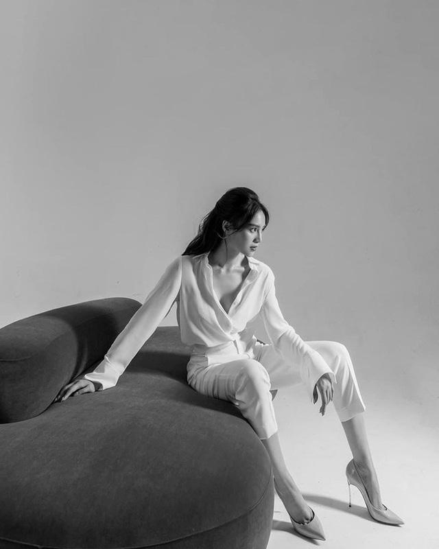 7 cách diện áo blouse trắng của Lan Ngọc: Từ sexy mà vẫn tinh tế cho đến khéo giấu bắp tay to đều đủ cả - Ảnh 5.
