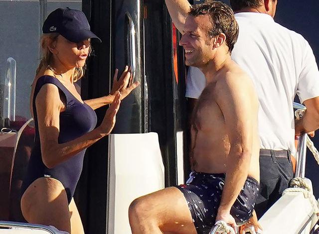 Vợ Tổng thống Pháp diện bikini khoe vóc dáng bên chồng trẻ điển trai - Ảnh 2.