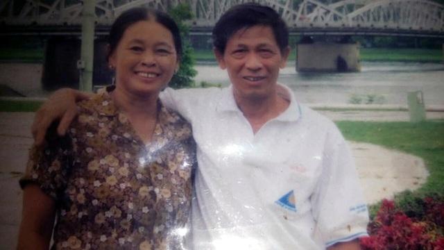 Tình yêu của người chồng 15 năm gội đầu cho vợ - Ảnh 1.