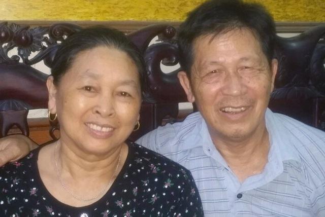 Tình yêu của người chồng 15 năm gội đầu cho vợ - Ảnh 2.
