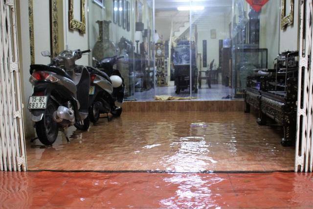 Hải Phòng: Nhiều tuyến phố ngập lụt sau bão số 2 - Ảnh 18.