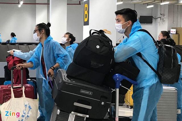 Văn Hậu đặt chân xuống sân bay Vân Đồn - Ảnh 4.