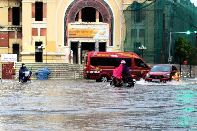 Hải Phòng: Nhiều tuyến phố ngập lụt sau bão số 2 - Ảnh 4.