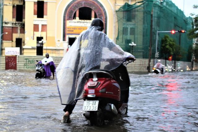 Hải Phòng: Nhiều tuyến phố ngập lụt sau bão số 2 - Ảnh 12.