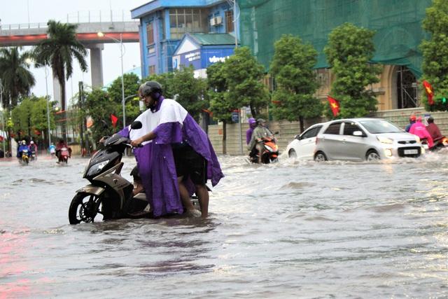 Hải Phòng: Nhiều tuyến phố ngập lụt sau bão số 2 - Ảnh 9.