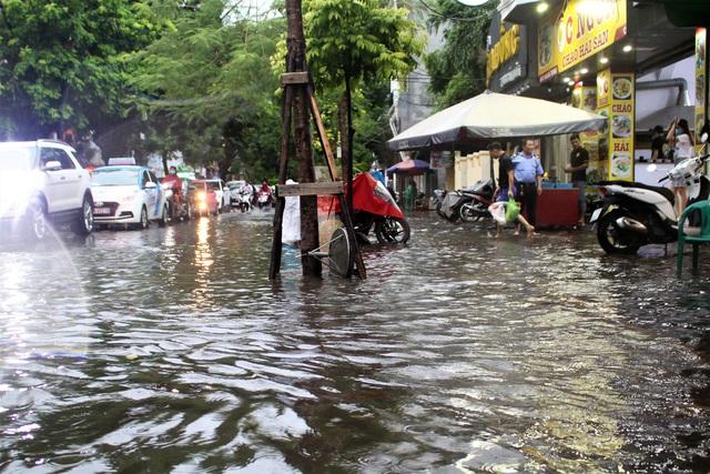 Hải Phòng: Nhiều tuyến phố ngập lụt sau bão số 2 - Ảnh 1.