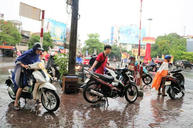 Hải Phòng: Nhiều tuyến phố ngập lụt sau bão số 2 - Ảnh 15.