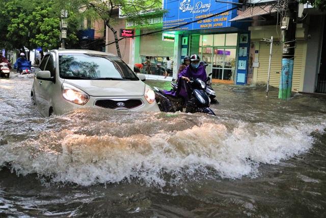 Hải Phòng: Nhiều tuyến phố ngập lụt sau bão số 2 - Ảnh 8.