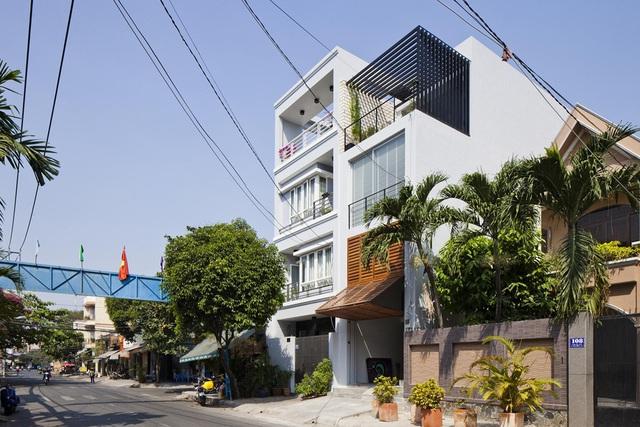 Nhà ống 68m² vẫn đẹp ngất ngây với mặt tiền cửa chớp ở Sài Gòn - Ảnh 2.