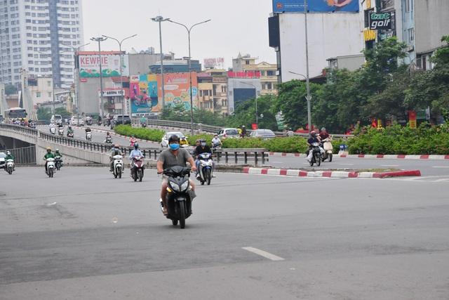 Đường phố Hà Nội không còn đông đúc mặc dù chưa thực hiện giãn cách xã hội - Ảnh 9.