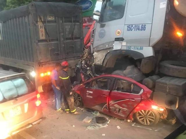 Công an thông tin vụ xe container tông nát xe con khiến 3 người chết thảm ở Hà Nội  - Ảnh 2.