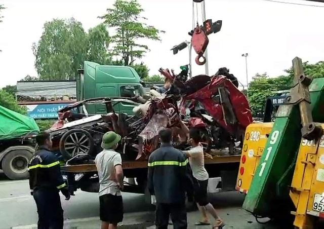 Công an thông tin vụ xe container tông nát xe con khiến 3 người chết thảm ở Hà Nội  - Ảnh 3.