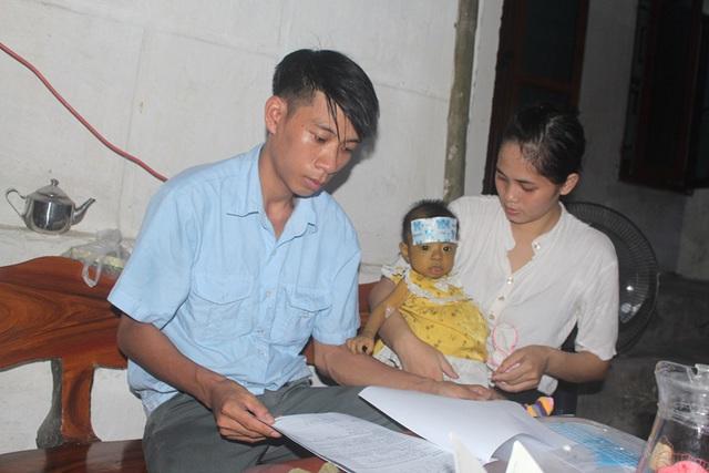 Tiếng khóc xé lòng của bé gái 8 tháng tuổi mang 2 căn bệnh quái ác và nỗi đau tột cùng của đôi vợ chồng nghèo - Ảnh 2.
