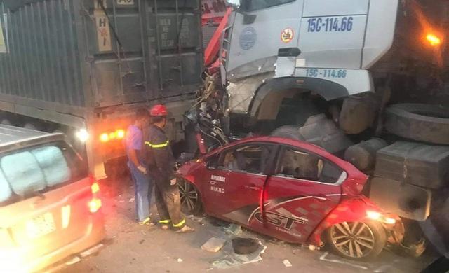 Xe container đè nát xe con, 3 người chết thảm trên phố Hà Nội - Ảnh 1.
