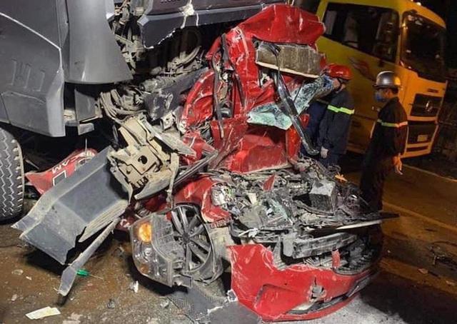 Xe container đè nát xe con, 3 người chết thảm trên phố Hà Nội - Ảnh 2.