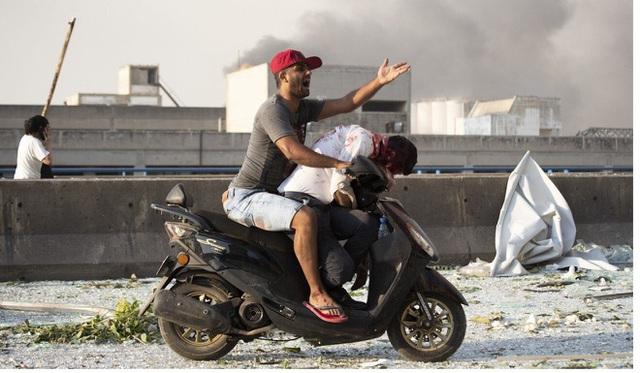 Thi thể khắp nơi - cảnh tượng tang tóc sau vụ nổ ở Beirut - Ảnh 1.