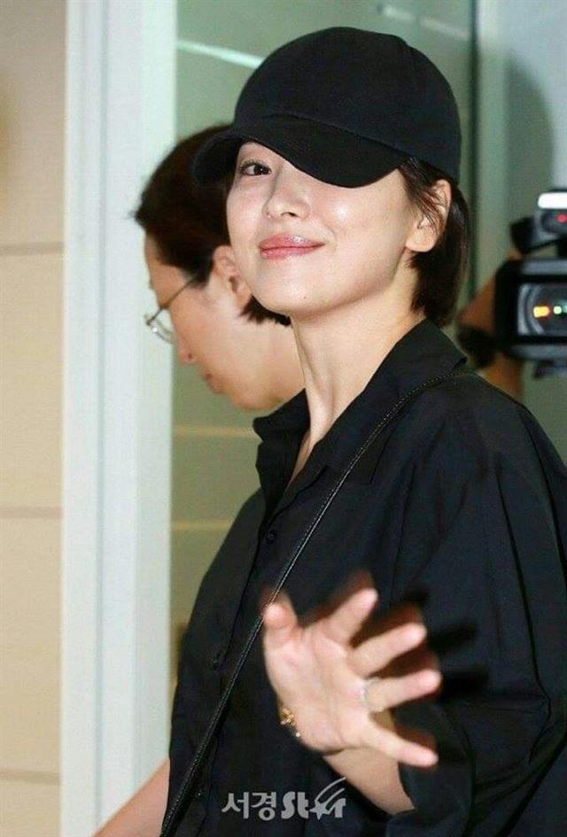Nhan sắc của Song Hye Kyo xuất chúng đến nỗi cân đẹp mọi kiểu mũ dù sến hay lỗi thời tới đâu - Ảnh 9.