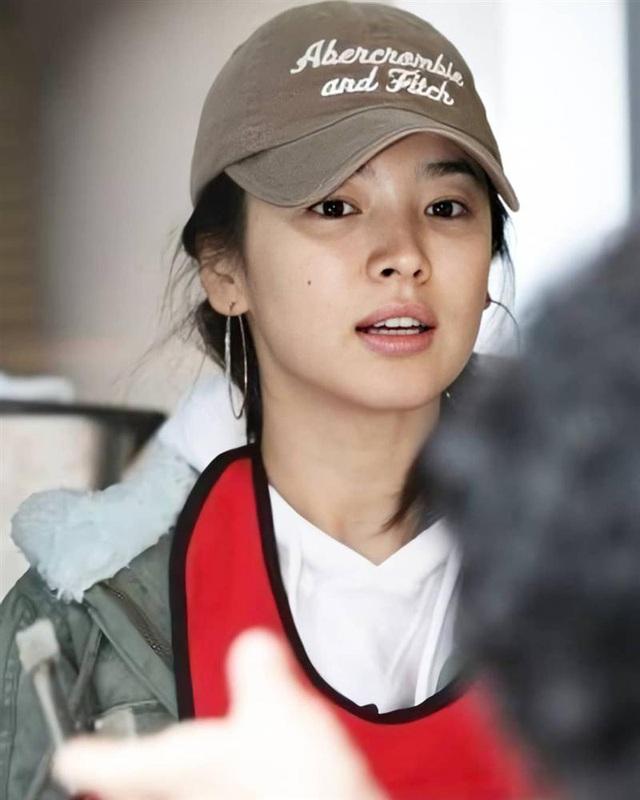 Nhan sắc của Song Hye Kyo xuất chúng đến nỗi cân đẹp mọi kiểu mũ dù sến hay lỗi thời tới đâu - Ảnh 10.
