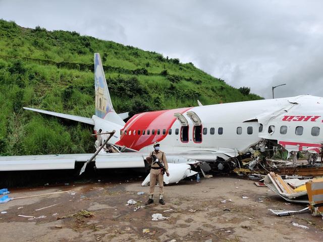 Người cứu hộ sốc trước máu và chết chóc khi máy bay Ấn Độ gãy đôi - Ảnh 1.
