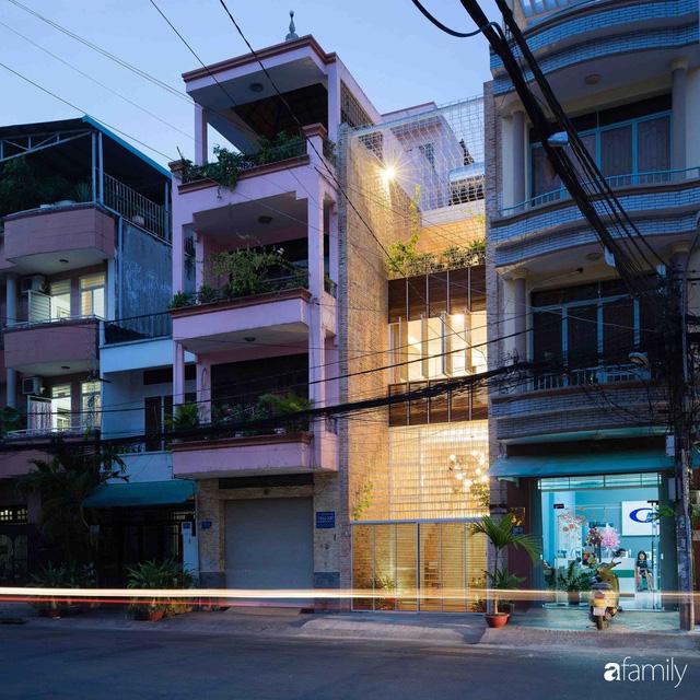 Ngôi nhà lọt thỏm giữa dãy phố vẫn tỏa sáng bởi kiến trúc độc lạ ở Sài Gòn - Ảnh 1.