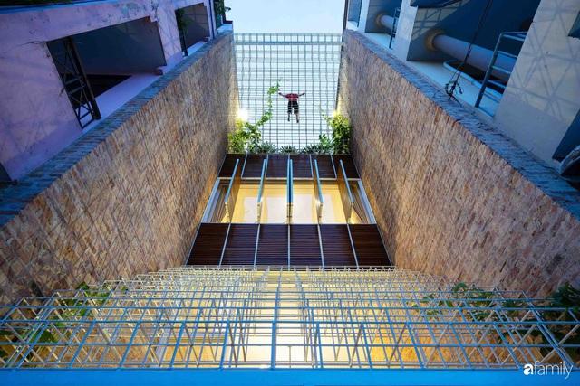 Ngôi nhà lọt thỏm giữa dãy phố vẫn tỏa sáng bởi kiến trúc độc lạ ở Sài Gòn - Ảnh 2.