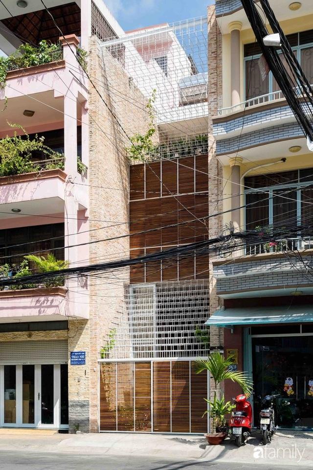 Ngôi nhà lọt thỏm giữa dãy phố vẫn tỏa sáng bởi kiến trúc độc lạ ở Sài Gòn - Ảnh 3.