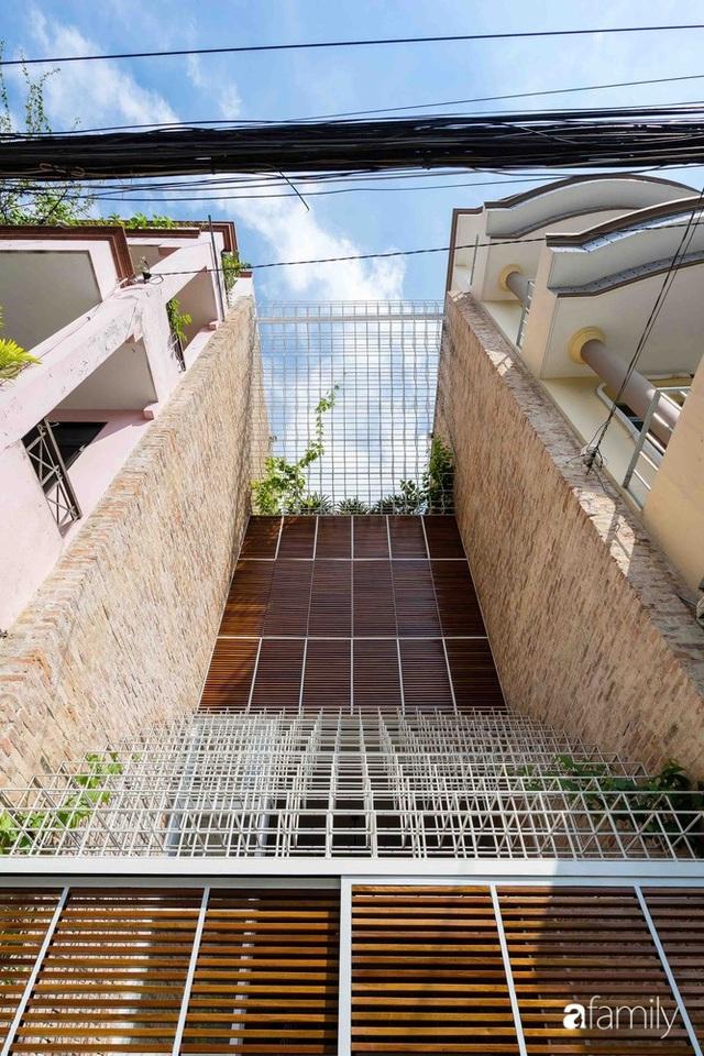 Ngôi nhà lọt thỏm giữa dãy phố vẫn tỏa sáng bởi kiến trúc độc lạ ở Sài Gòn - Ảnh 4.
