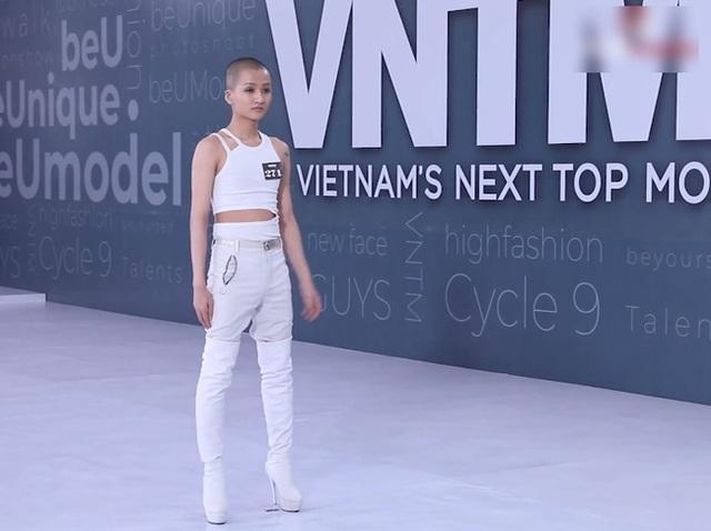 Vietnams Next Top Model: Võ Hoàng Yến quát lớn nam thí sinh cạo đầu đi thi người mẫu vì nói gì cũng đều không hiểu - Ảnh 1.