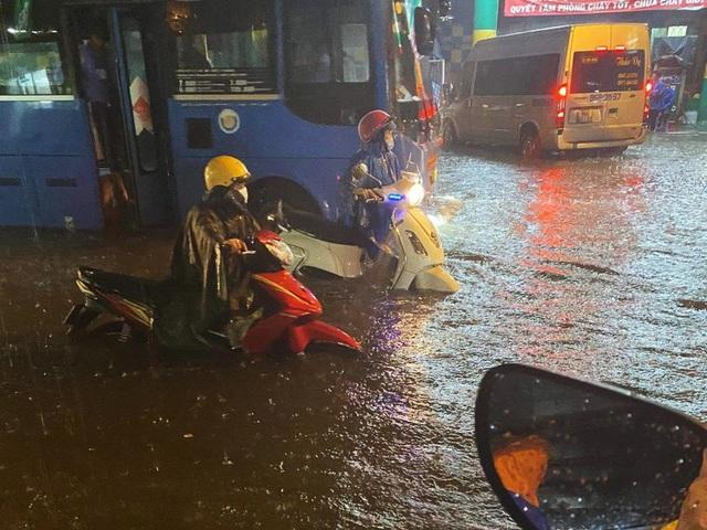 Nhiều tuyến đường Sài Gòn hóa thành sông sau cơn mưa lớn kéo dài - Ảnh 6.