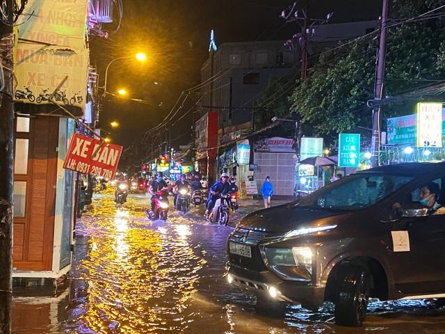 Nhiều tuyến đường Sài Gòn hóa thành sông sau cơn mưa lớn kéo dài - Ảnh 1.
