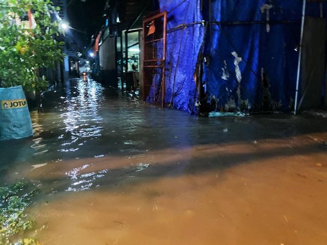 Nhiều tuyến đường Sài Gòn hóa thành sông sau cơn mưa lớn kéo dài - Ảnh 8.