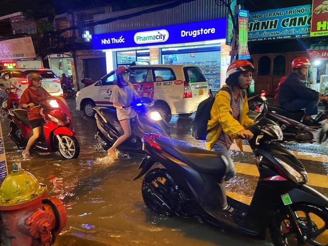 Nhiều tuyến đường Sài Gòn hóa thành sông sau cơn mưa lớn kéo dài - Ảnh 4.