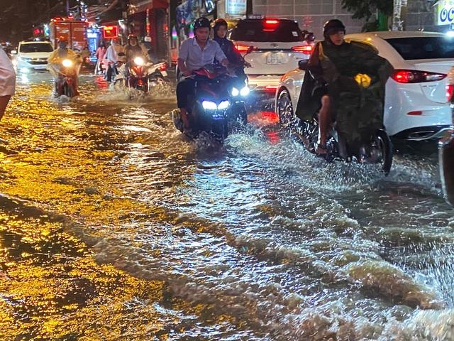 Nhiều tuyến đường Sài Gòn hóa thành sông sau cơn mưa lớn kéo dài - Ảnh 3.