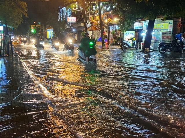 Nhiều tuyến đường Sài Gòn hóa thành sông sau cơn mưa lớn kéo dài - Ảnh 9.