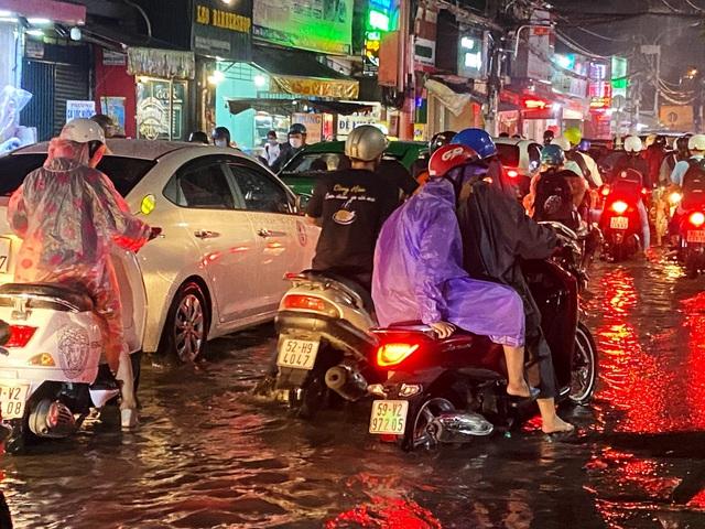 Nhiều tuyến đường Sài Gòn hóa thành sông sau cơn mưa lớn kéo dài - Ảnh 5.