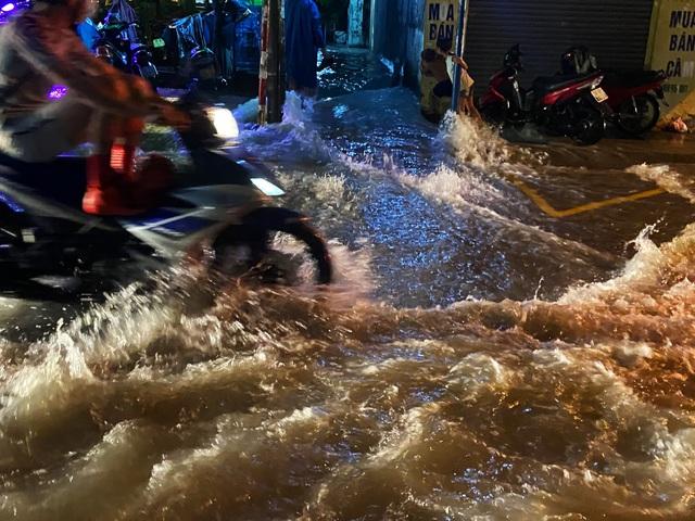 Nhiều tuyến đường Sài Gòn hóa thành sông sau cơn mưa lớn kéo dài - Ảnh 2.
