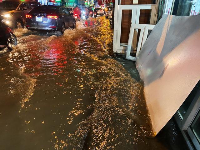 Nhiều tuyến đường Sài Gòn hóa thành sông sau cơn mưa lớn kéo dài - Ảnh 7.