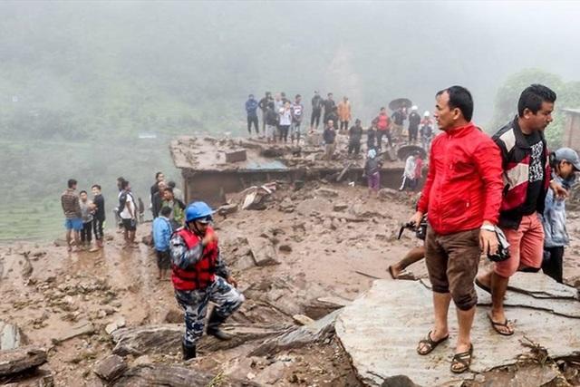 Lở đất kinh hoàng ở Nepal: 12 người chết, 21 người mất tích - Ảnh 1.