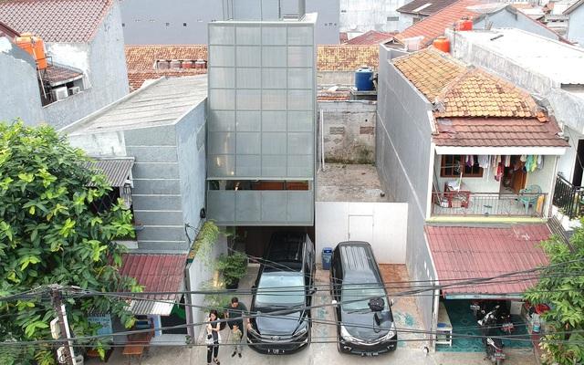 Có thiết kế hợp khối với nhà hàng xóm, nhìn bên ngoài nhà ống mà như biệt thự sang chảnh vừa làm nhà ở vừa kinh doanh ở Sài Gòn - Ảnh 1.