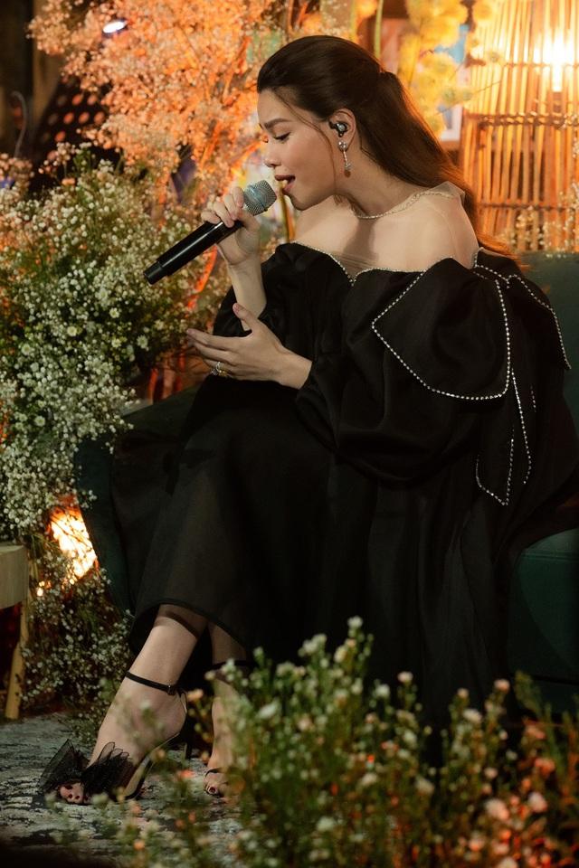 Giữa tin bầu bí, Hà Hồ vẫn thể hiện đẳng cấp bà hoàng sang chảnh với loạt váy áo giấu bụng khiến ai cũng tò mò - Ảnh 6.