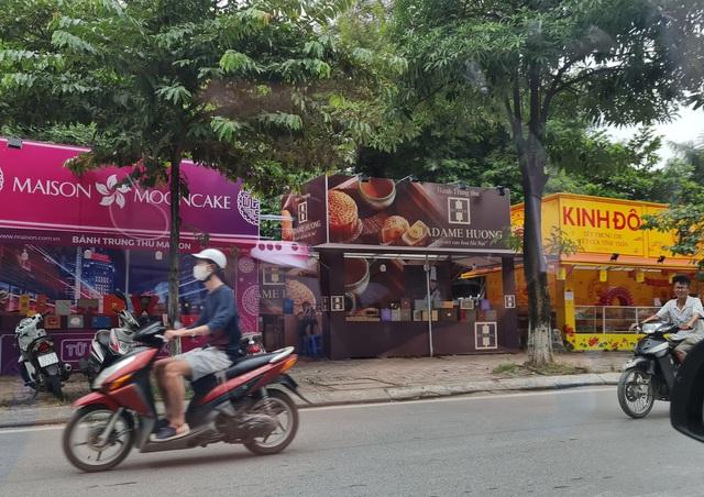"""Hà Nội: Quầy bán bánh trung thu """"mọc lên như nấm"""" dọc vỉa hè, sân chung cư - Ảnh 3."""