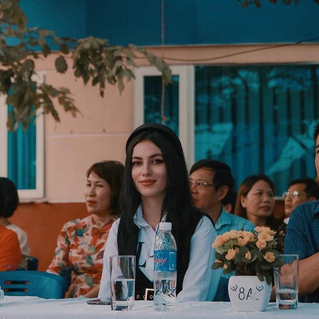 Cô giáo Tây ở Hà Nội sốt xình xịch MXH vì đẹp như minh tinh - Ảnh 1.